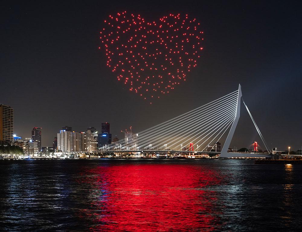 Studio Drift proyecta una instalación de luz en el cielo de Rotterdam