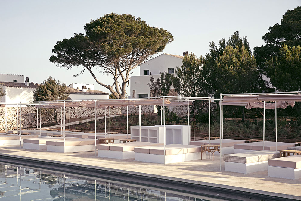Tumbonas en la piscina común del hotel Menorca Experimental