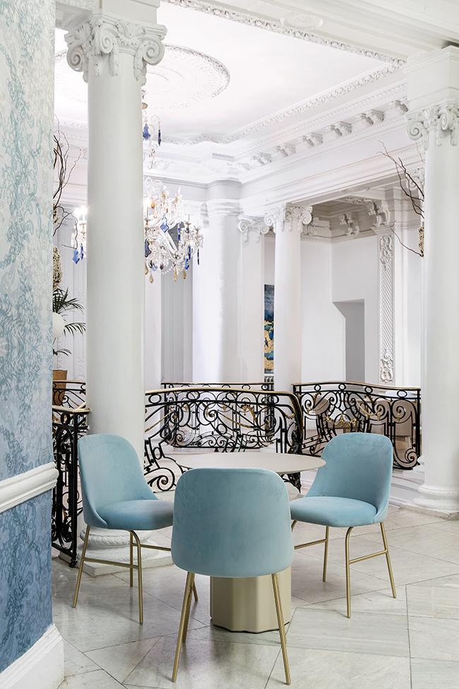 Se accede a la sala principal del club Alma Sensai a través de una espectacular escalera. Muebles de Patricia Urquiola, la mesa, y Jaime Hayon,sillas para VIccarbe