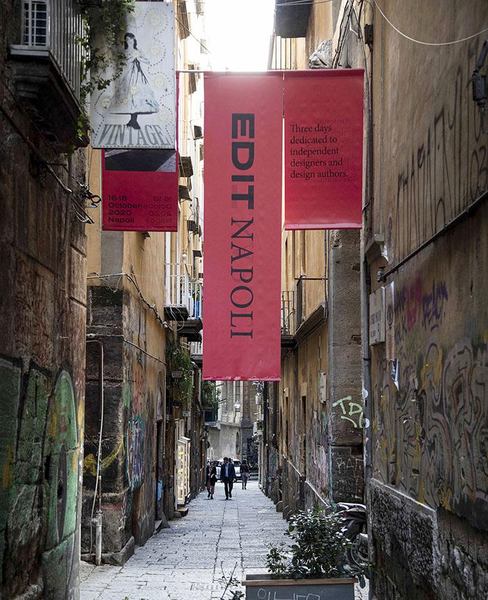 Carteles que anuncian la feria Edit Napoli 2020 en las callejuelas de Nápoles