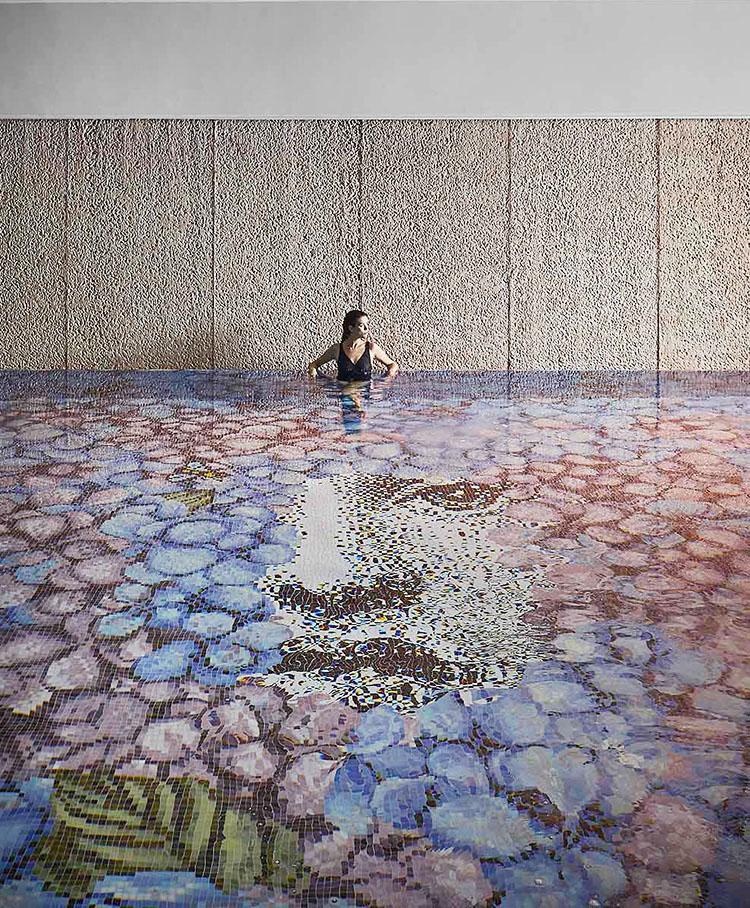 Piscina del relais chateaux L'Albereta realizada con mosaico de Bisazza de la colección Fornasetti