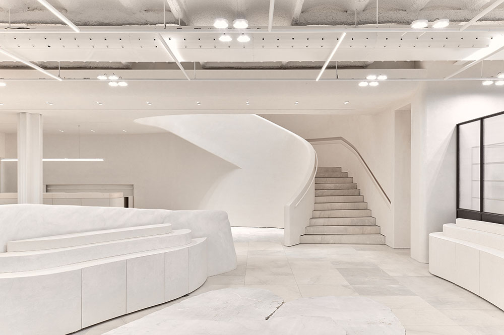 Formas curvas sinuosas y envolventes personalizan la nueva arquitectura interior de Zara Home