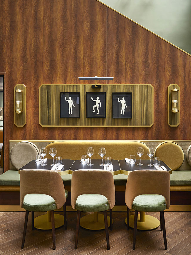 Madera y detalles gráficos dan forma a un jardín arty y chic en el restaurante