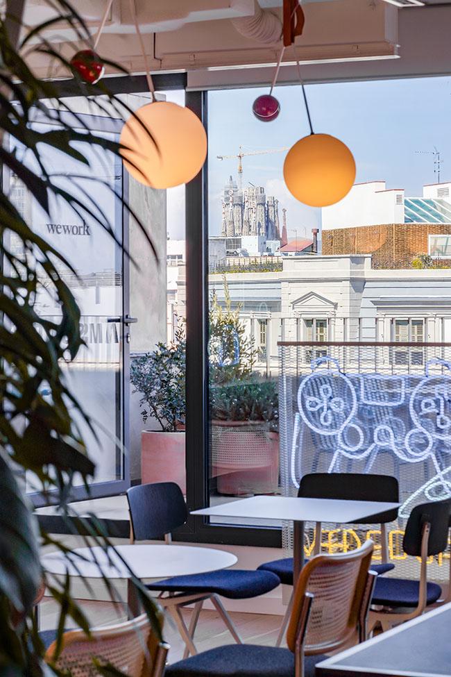 La terraza uno de los puntos fuertes de la oficina de Xcelirate en Barcelona con luces y neones
